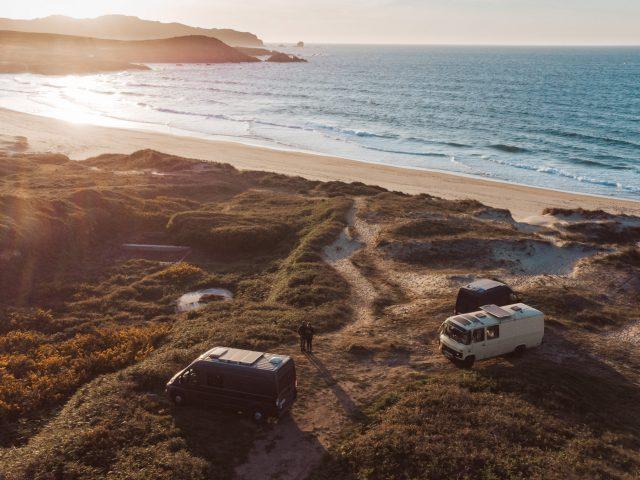 3 Camper Vans bei Sonnenuntergang am Praia de Ponzo - Titelbild vom Beitrag Roadtrip Nordspanien